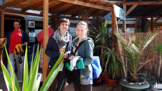 surf course brings new friends: Carla & Theresa    kleppiberlin.de