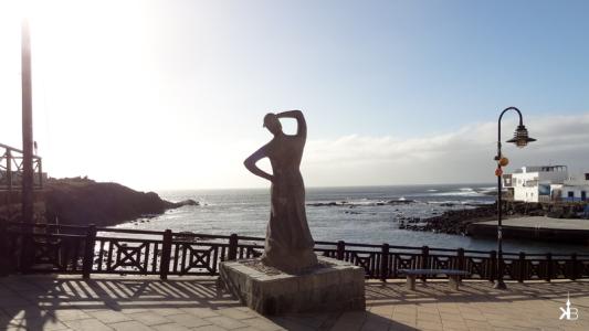 El Cotillo harbour: woman sculpture wanderlust   kleppiberlin.de