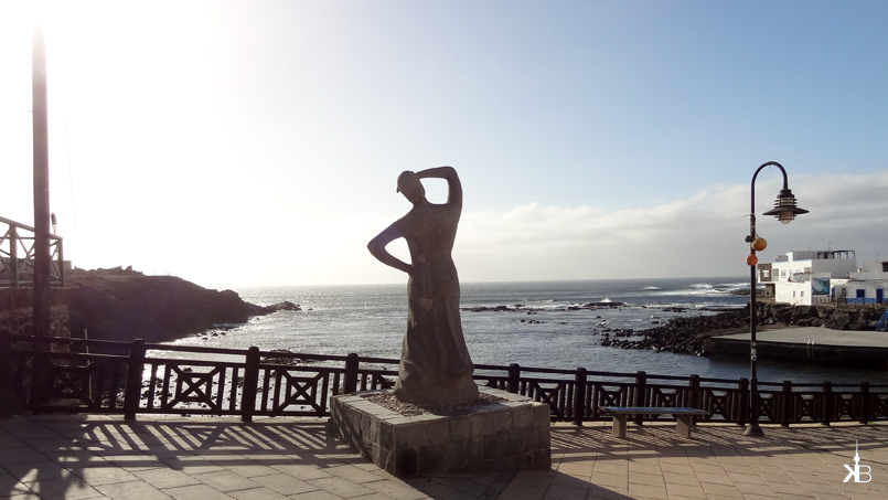 El Cotillo harbour: woman sculpture wanderlust | kleppiberlin.de